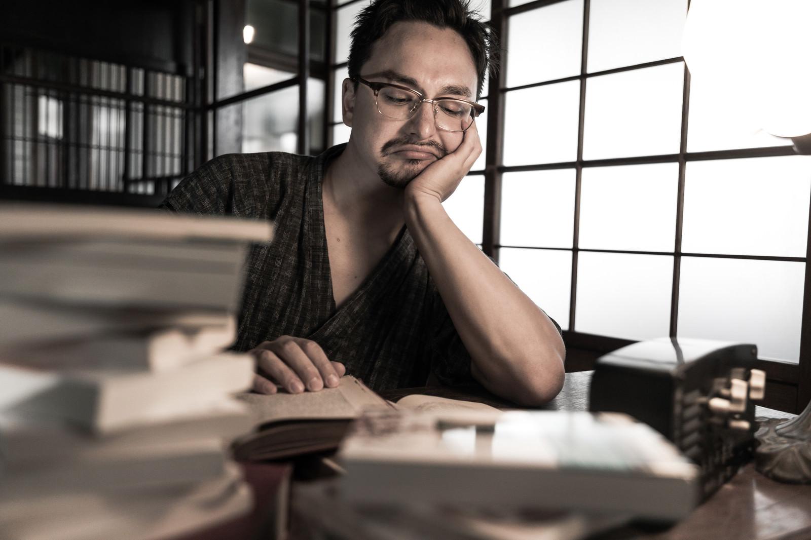 「文豪の真似をしながら書籍を読む外国人」の写真[モデル:Max_Ezaki]