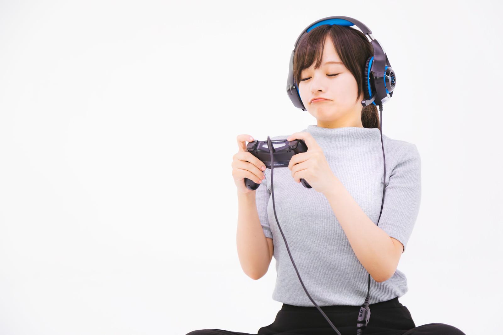 「コントローラーでゲームするのが苦手女子」の写真[モデル:千歳]
