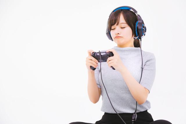 コントローラーでゲームするのが苦手女子の写真