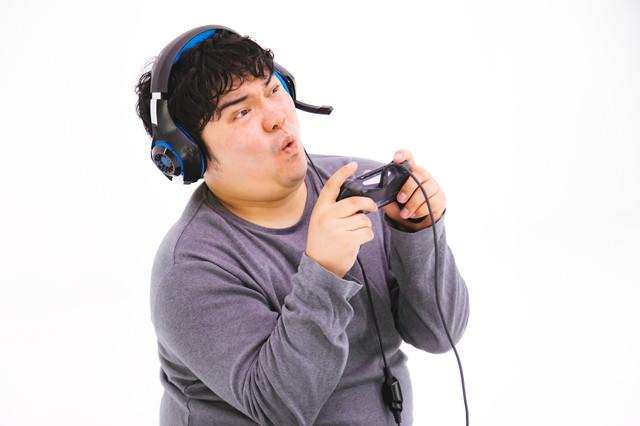 気合入れすぎて顔が強ばるゲーム配信者の写真
