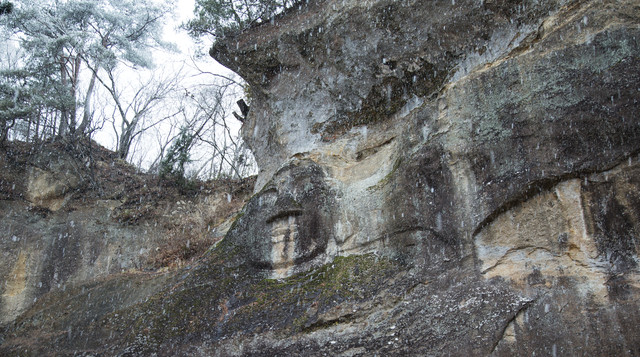 降雪と岩面大佛(平泉)の写真