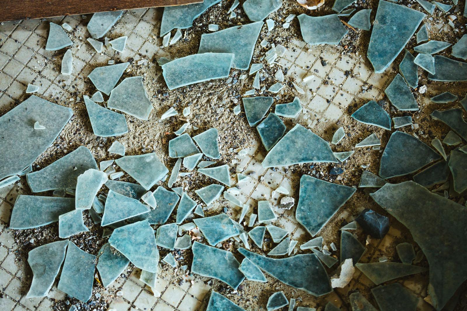 「散乱するガラス片」の写真