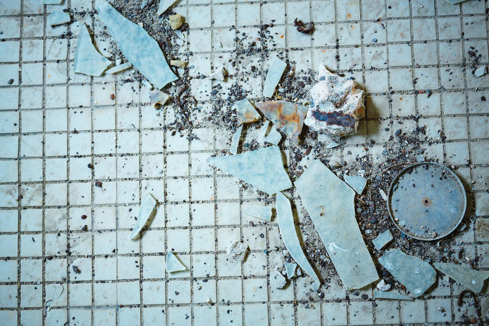 「古びたタイルとガラス片」の写真