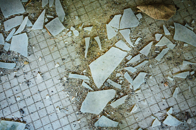 廃墟のガラス片の写真