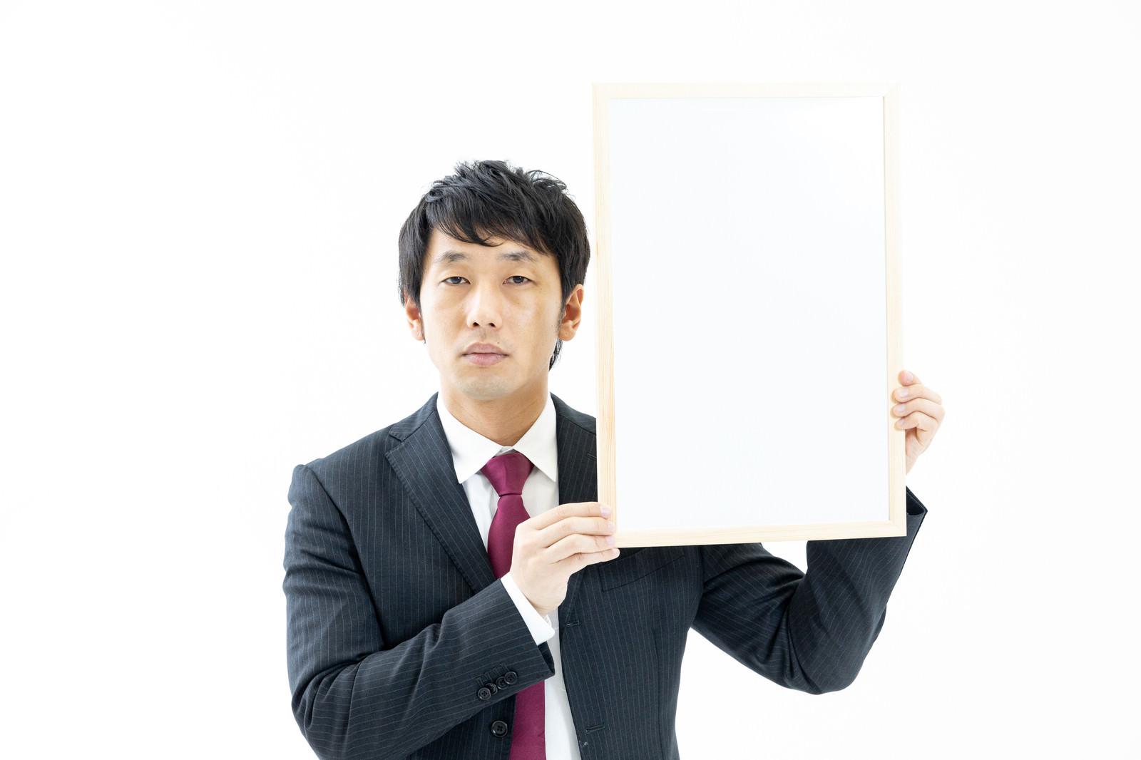 「チベットスナギツネの顔マネをする司会者」の写真[モデル:大川竜弥]