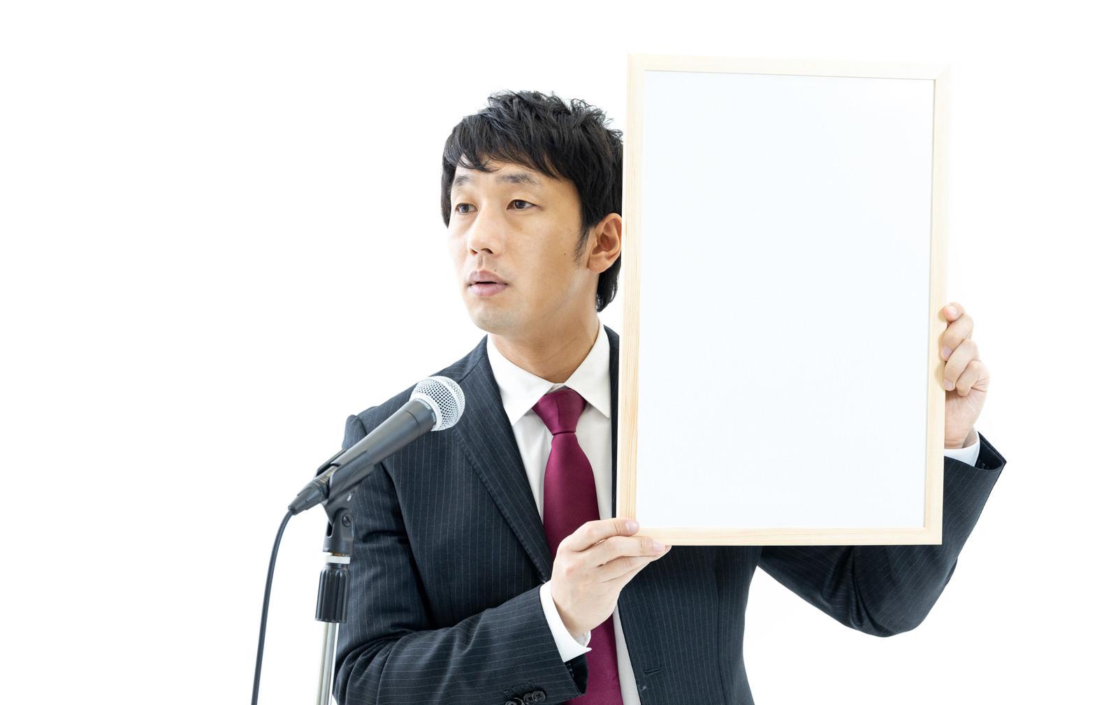 「記者の質問に答える政治家」の写真[モデル:大川竜弥]