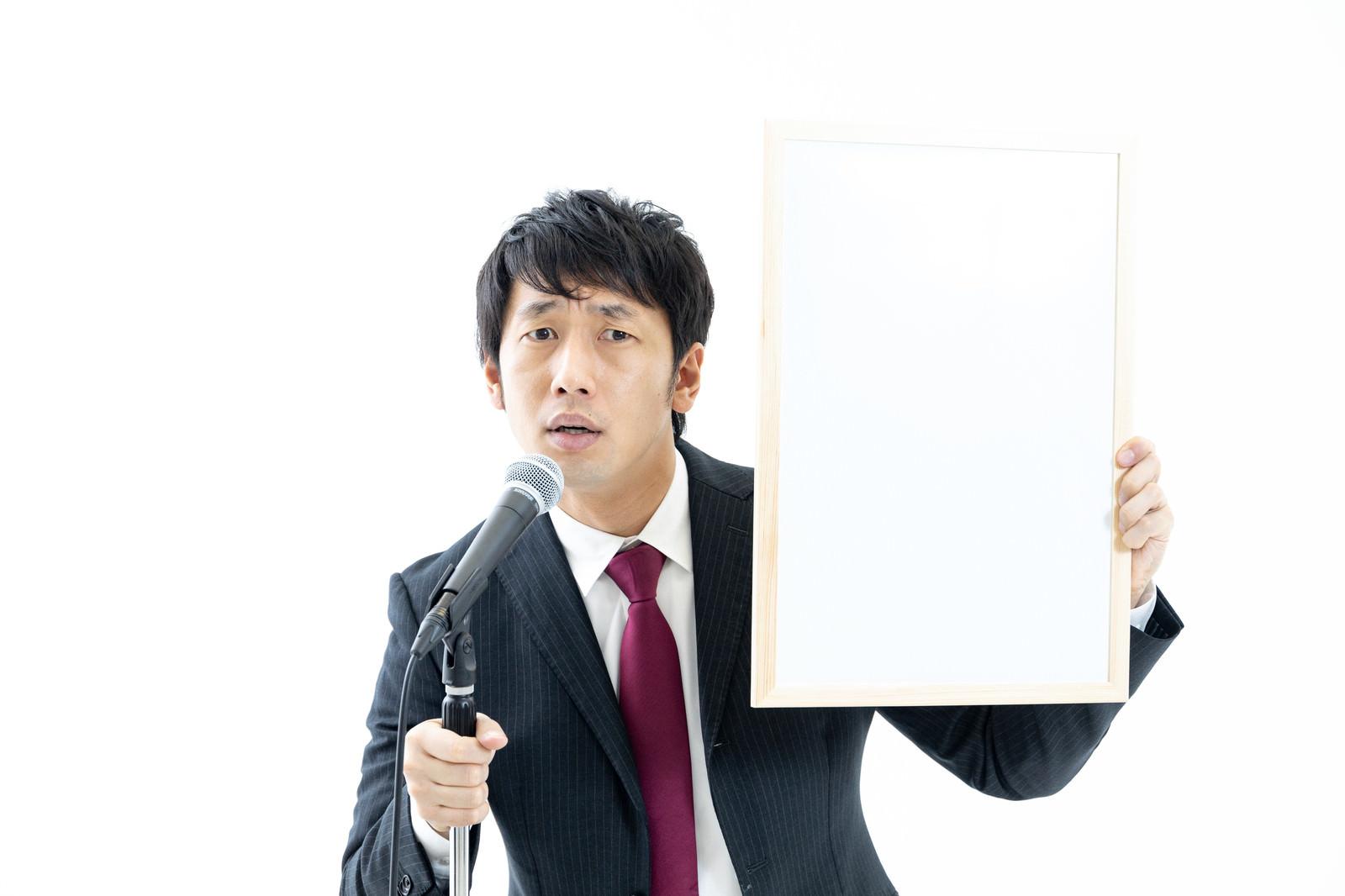 「記者の辛辣な質問にヒートアップする政治家」の写真[モデル:大川竜弥]