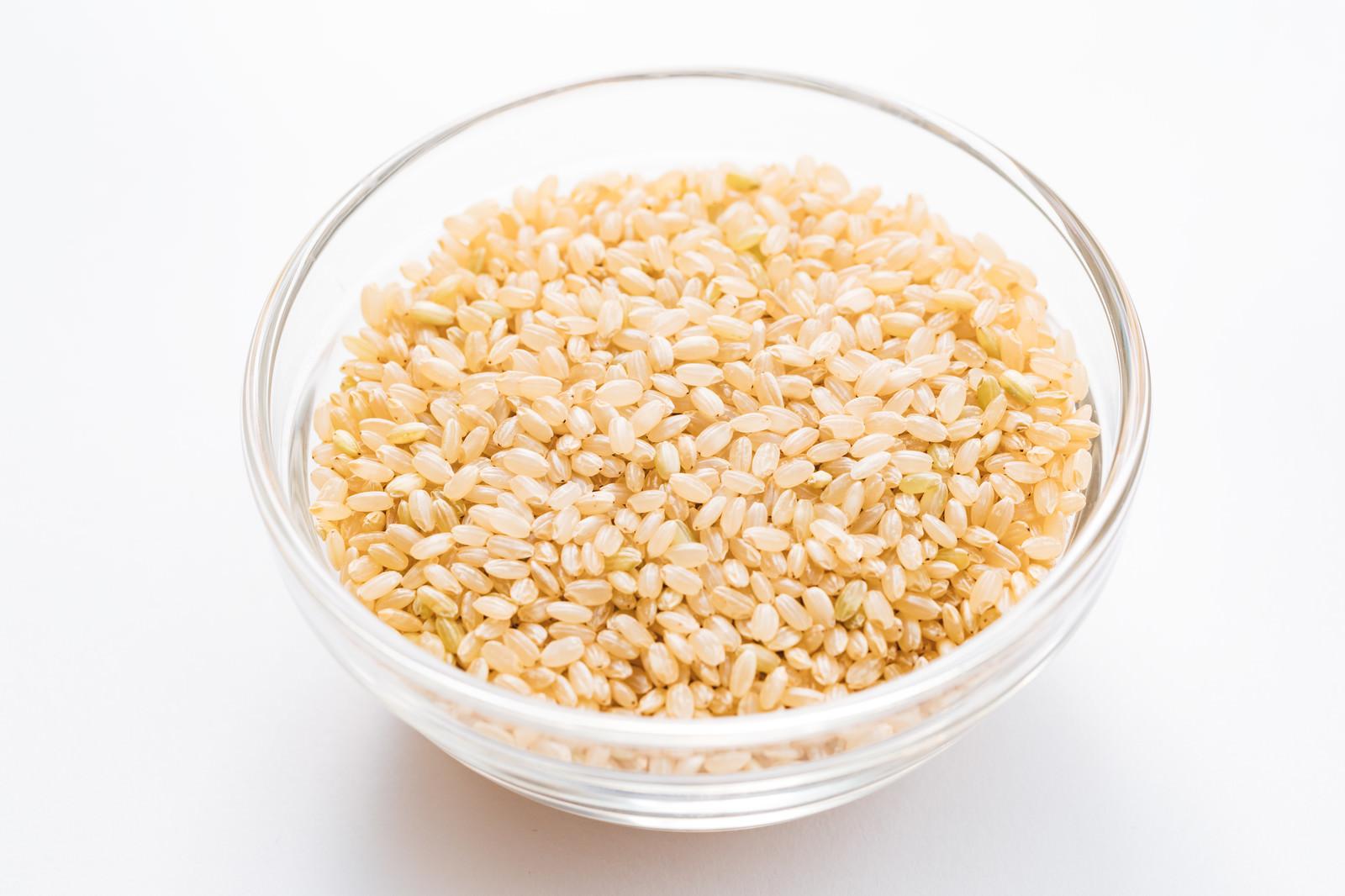 「玄米が入った透明ボール」の写真