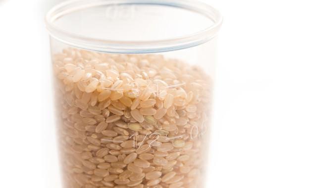 計量カップと玄米の写真