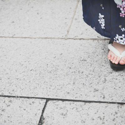 下駄を履いた女性の足元(浴衣)の写真