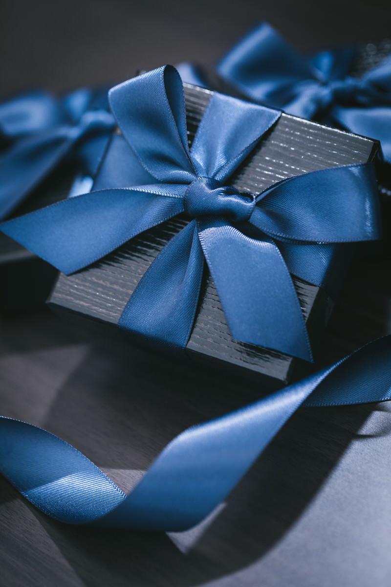 「青いリボンが巻かれたプレゼント」の写真