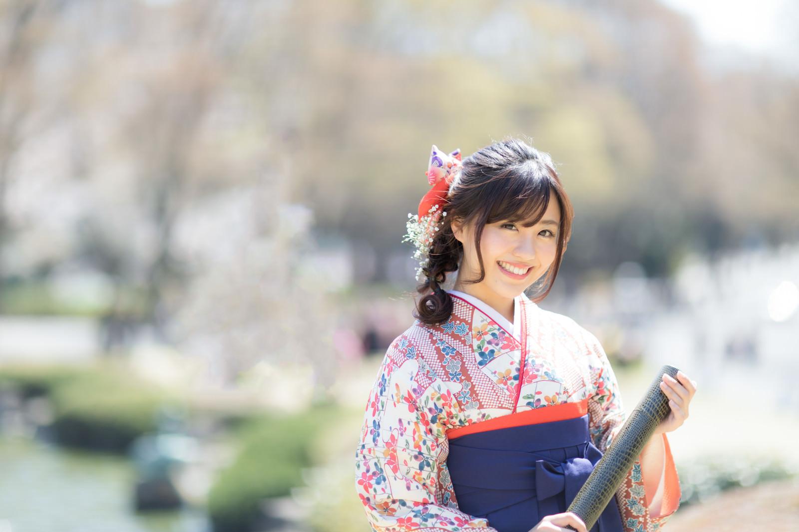 「賞状筒を持った袴女子」の写真[モデル:河村友歌]