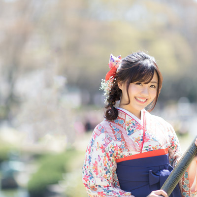 賞状筒を持った袴女子の写真