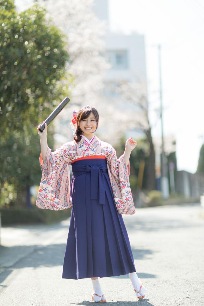 「大学を卒業したばかりの袴女子」の写真[モデル:河村友歌]