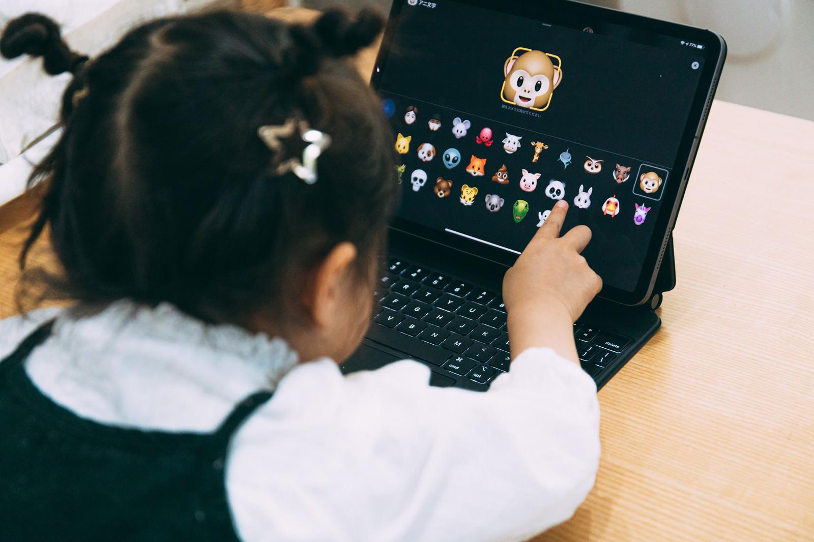 「愛娘がiPadを触る様子」の写真