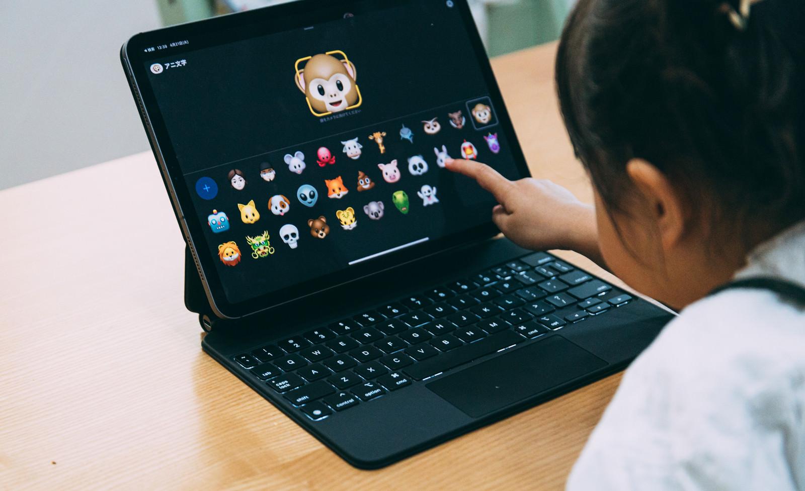 「アニ文字に興味津々の娘(iPad)」の写真