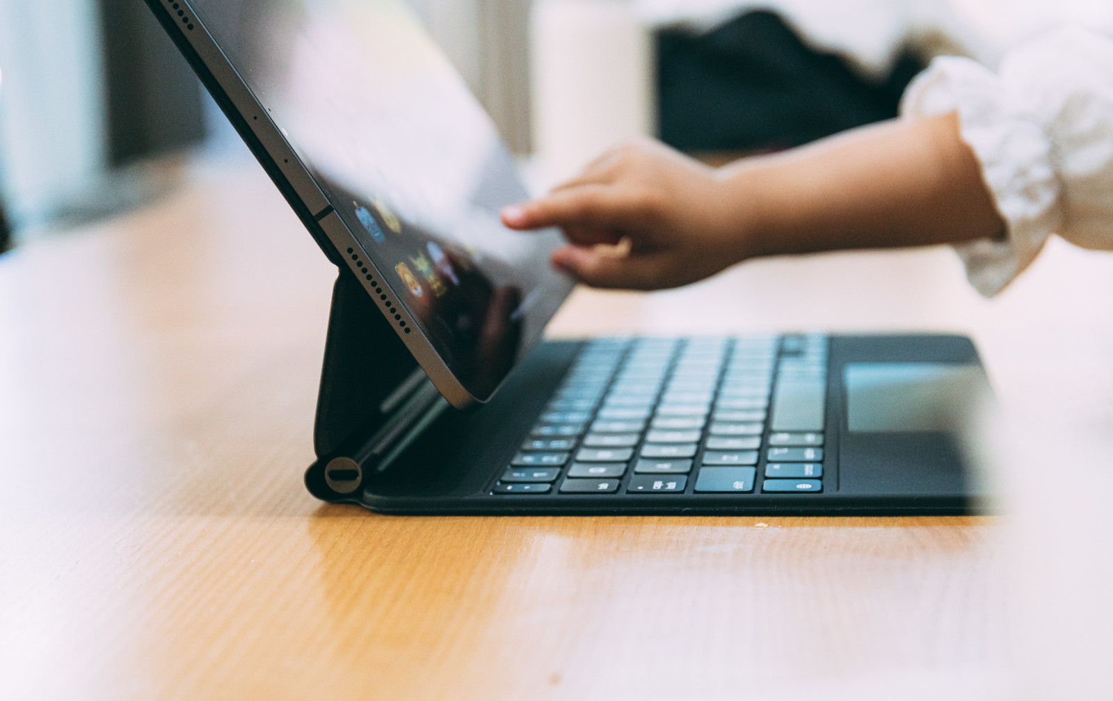 「iPad Proを触る子供の手」の写真
