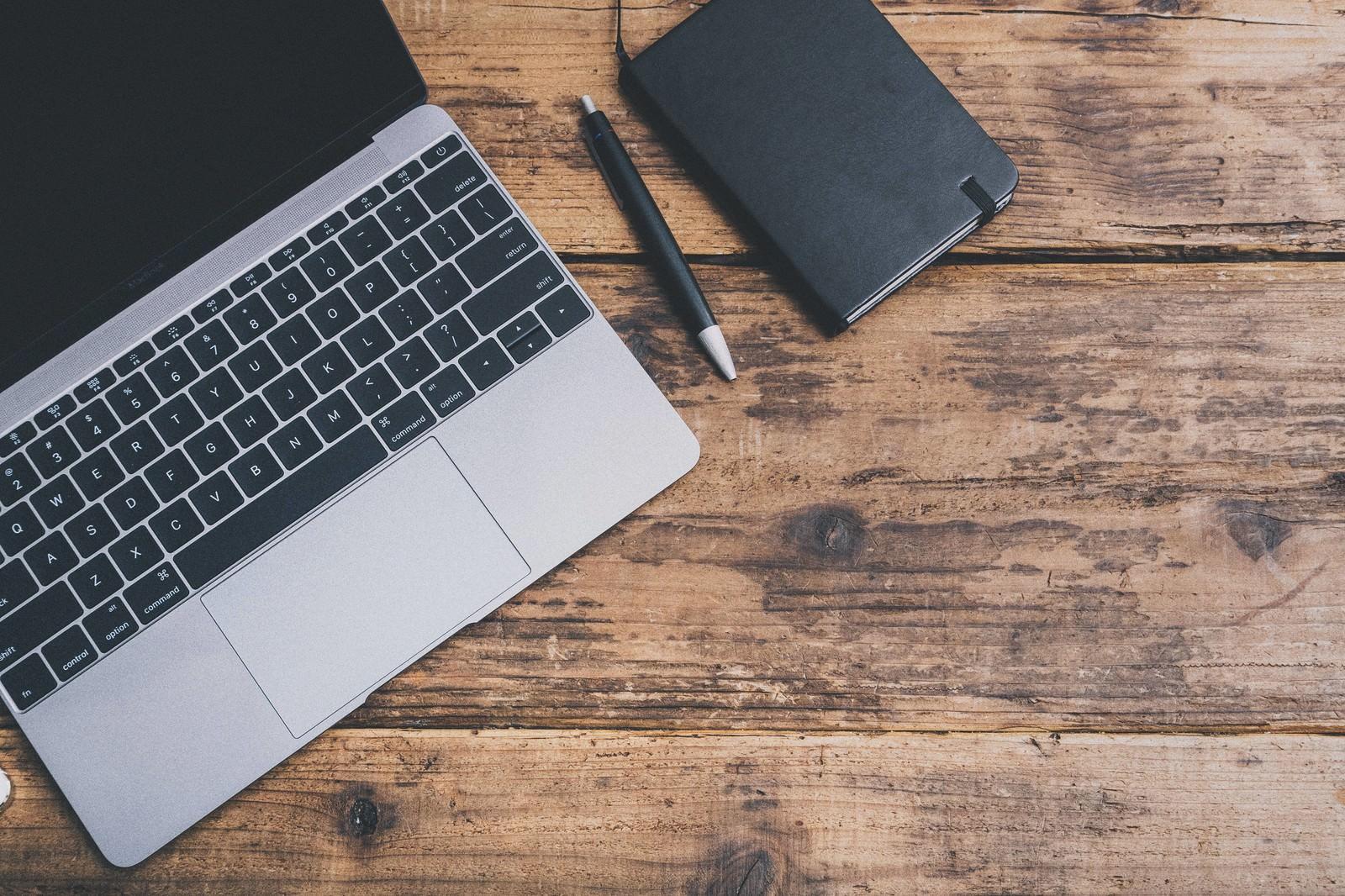 「ノートパソコンと手帳」