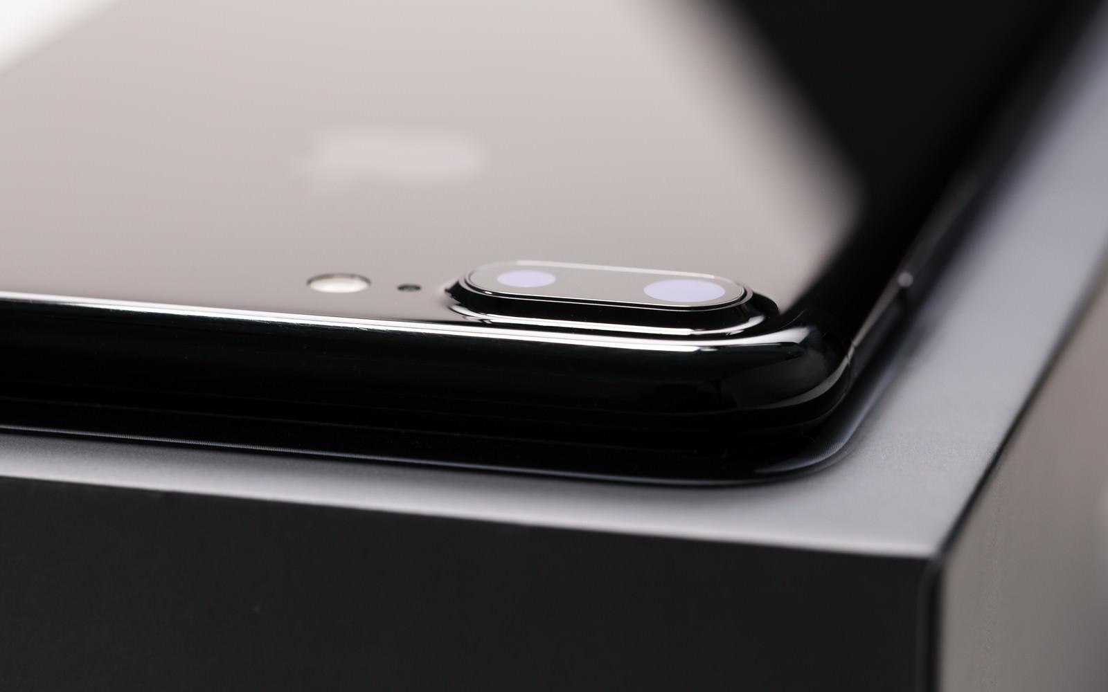「デュアルレンズが搭載した薄型スマートフォンデュアルレンズが搭載した薄型スマートフォン」のフリー写真素材を拡大