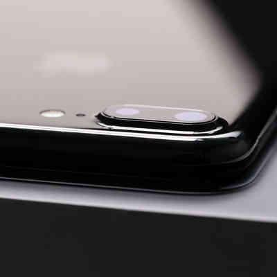 デュアルレンズが搭載した薄型スマートフォンの写真