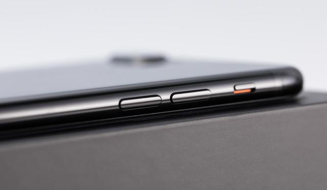 新型スマートフォンの側面の写真
