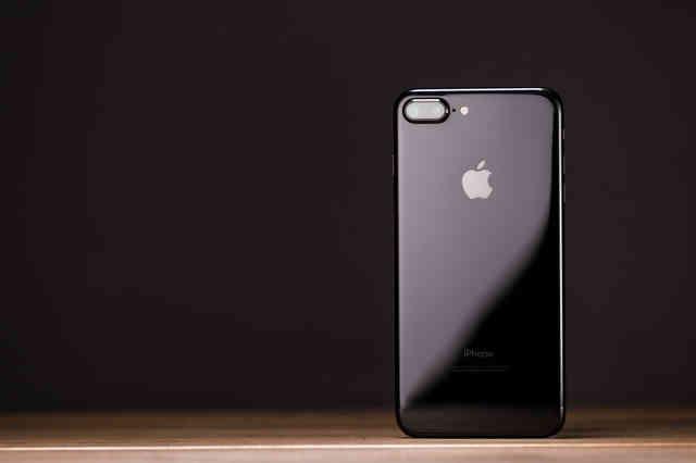 光沢ツヤ感が美しいスマートフォンの写真