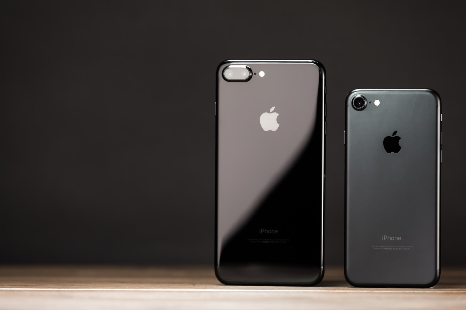 外観が光沢とマットのスマートフォン2台のフリー素材