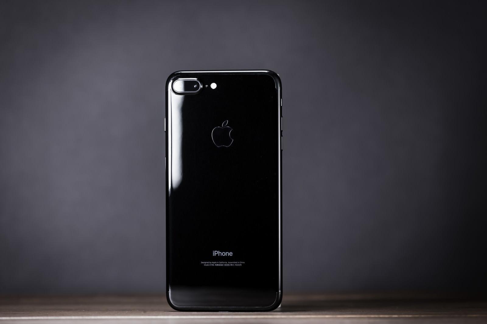 「光沢の反射が美しいブラックモデルのスマートフォン」の写真