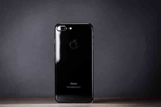 光沢の反射が美しいブラックモデルのスマートフォンの写真