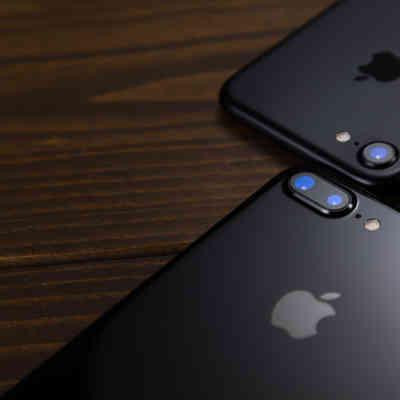 「デュアルレンズを搭載したスマートフォン(比較)」の写真素材