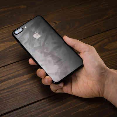 「指紋の跡がべったり残る光沢ボディのスマートフォン」の写真素材