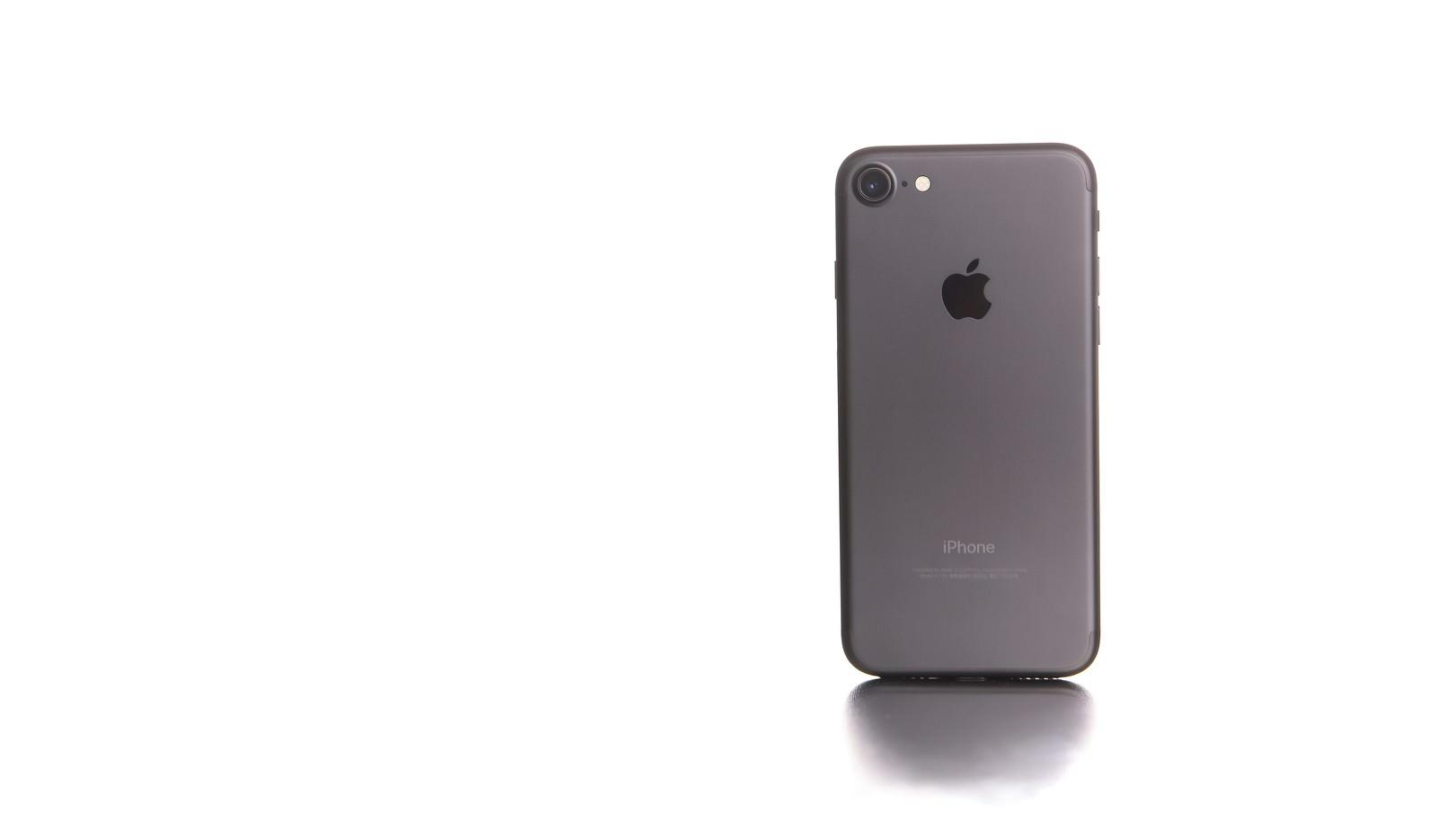 「白い光に包まれたスマートフォン」の写真