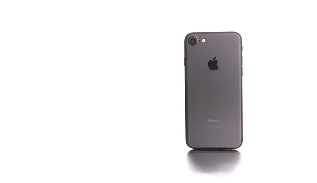 白い光に包まれたスマートフォンの写真