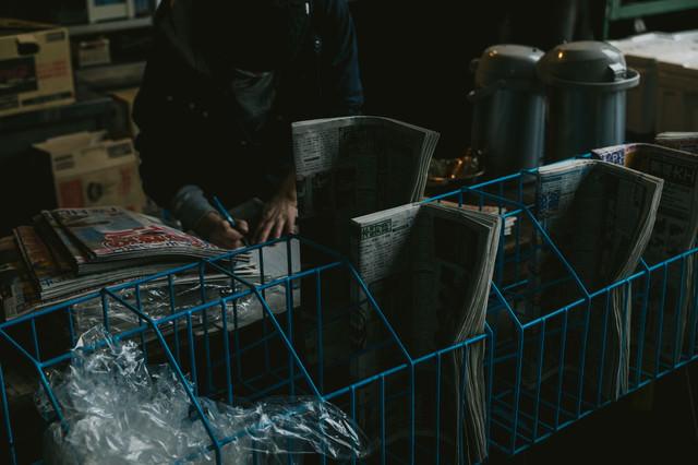 薄暗い売店の写真