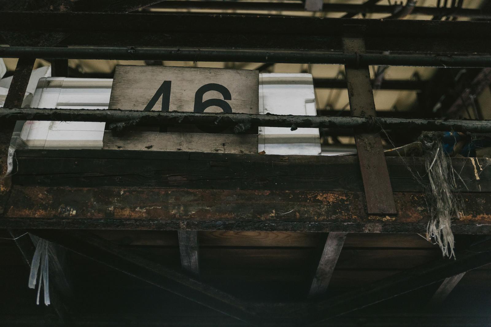 「サビて塗装が剥がれた柵」の写真