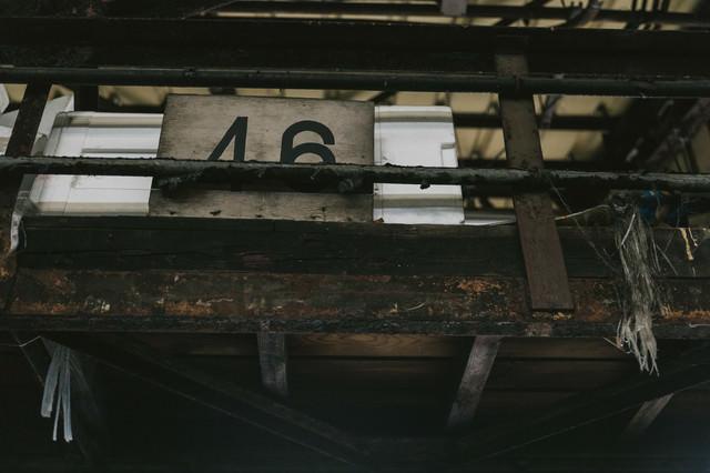 サビて塗装が剥がれた柵の写真