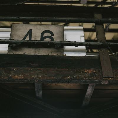 「サビて塗装が剥がれた柵」の写真素材