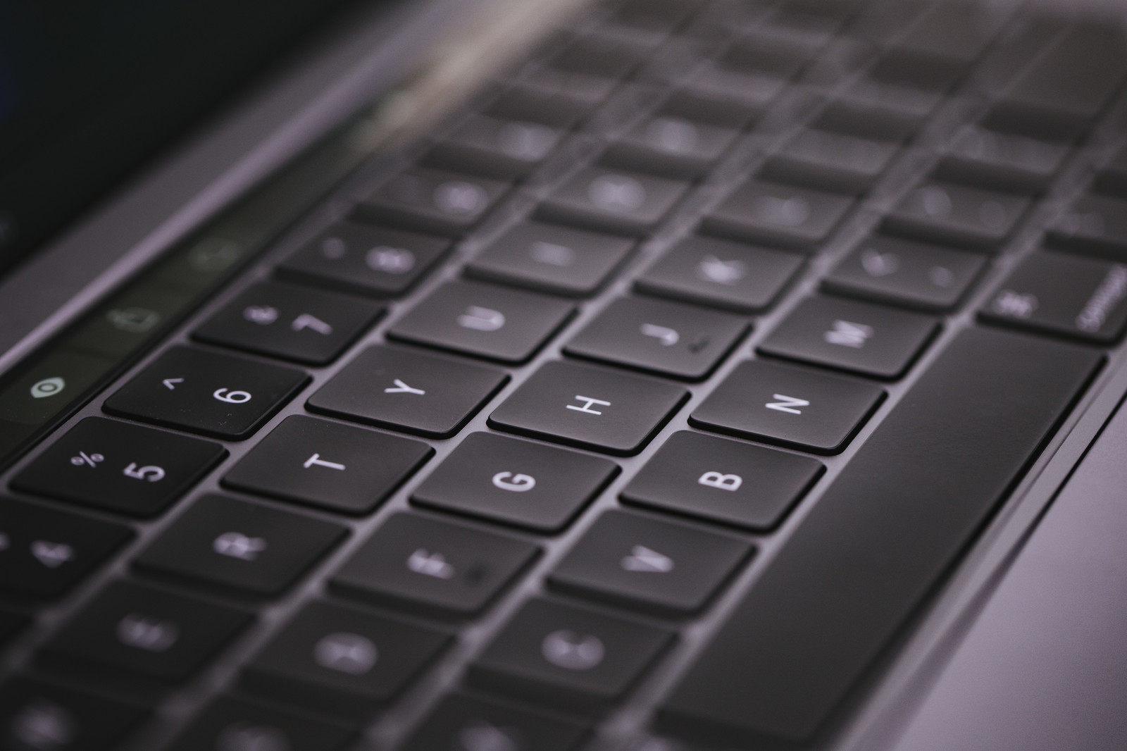 「MacBook Pro 2018 の第3世代バタフライ式キーボードMacBook Pro 2018 の第3世代バタフライ式キーボード」のフリー写真素材を拡大