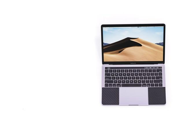 新しい壁紙を表示したMacBook Pro 2018の写真