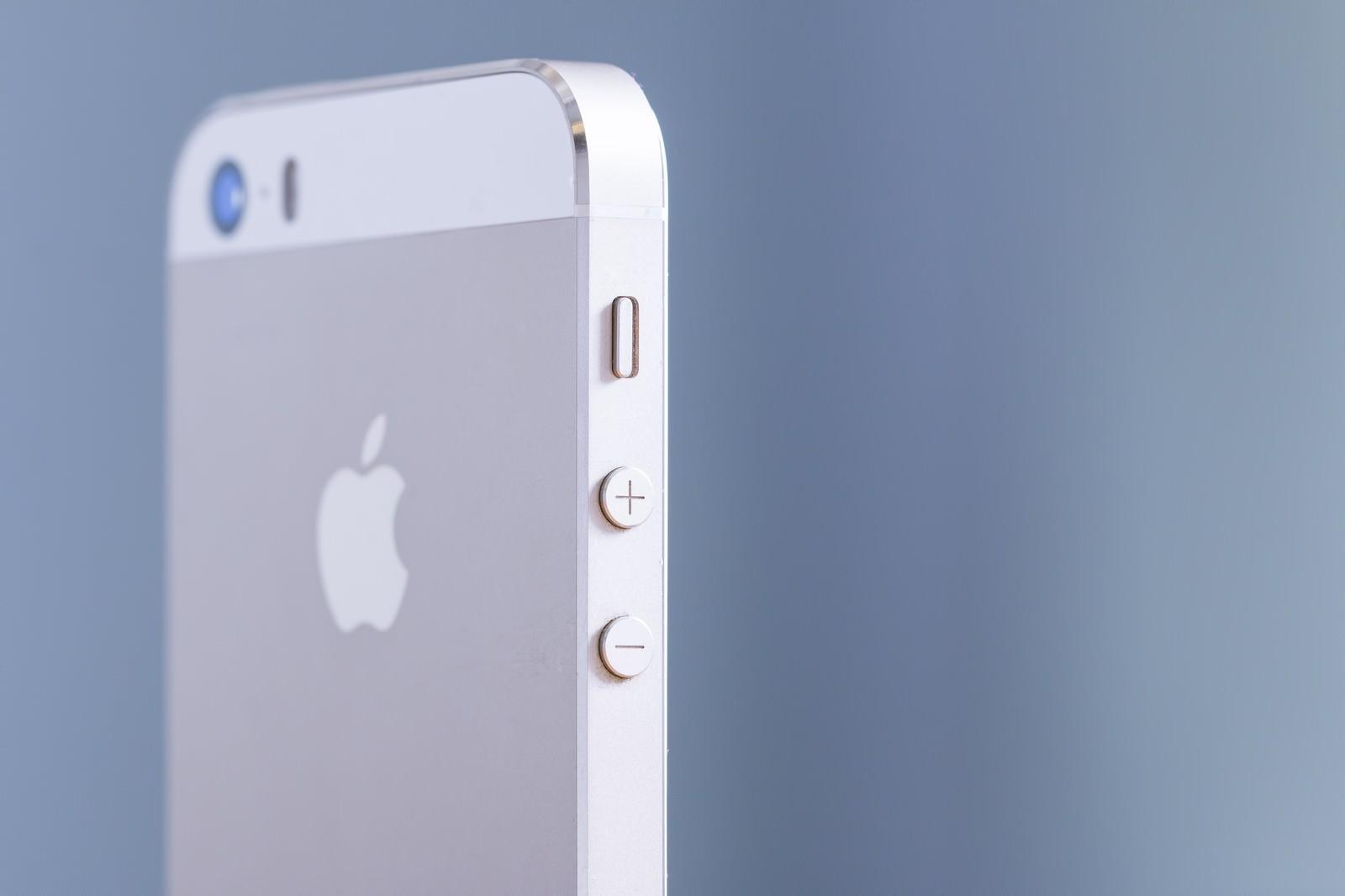 「スマートフォンの側面(音量ボタン)」の写真
