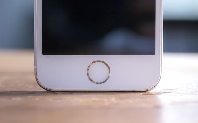 スマートフォンのホームボタンの写真