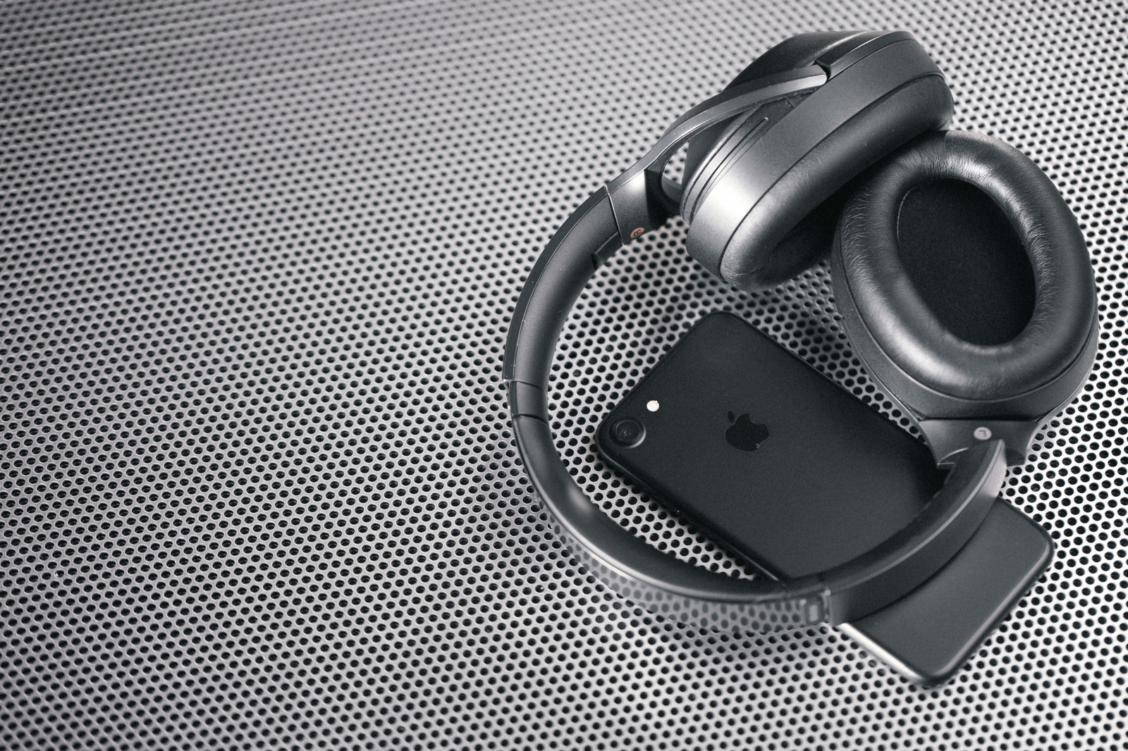 「スマートフォンと同期するワイヤレスヘッドホン」の写真