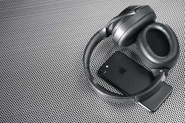 スマートフォンと同期するワイヤレスヘッドホンの写真
