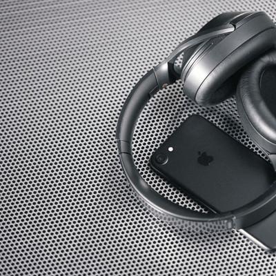 「スマートフォンと同期するワイヤレスヘッドホン」の写真素材