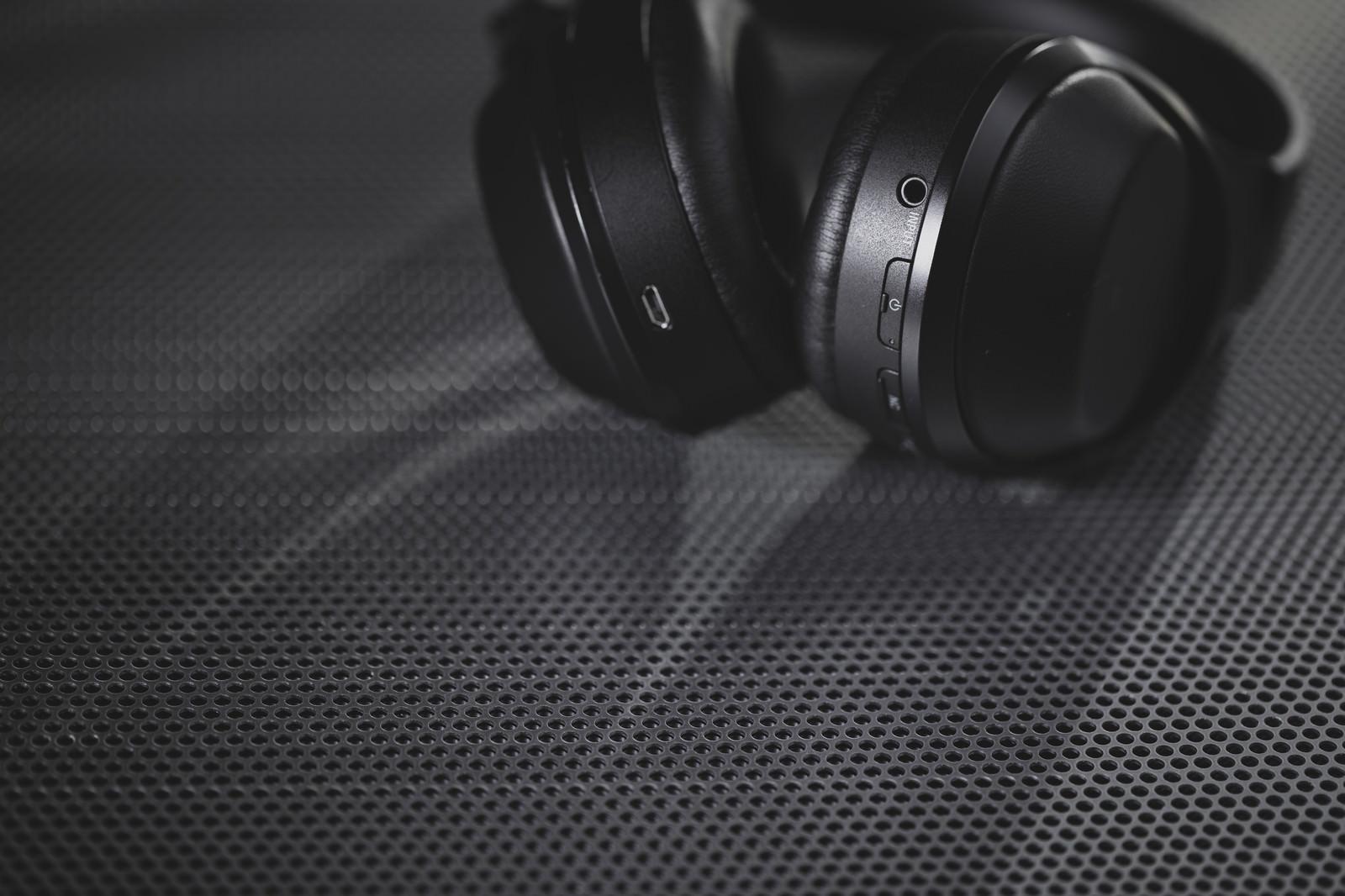 「スタイリッシュなワイヤレスヘッドフォン」の写真