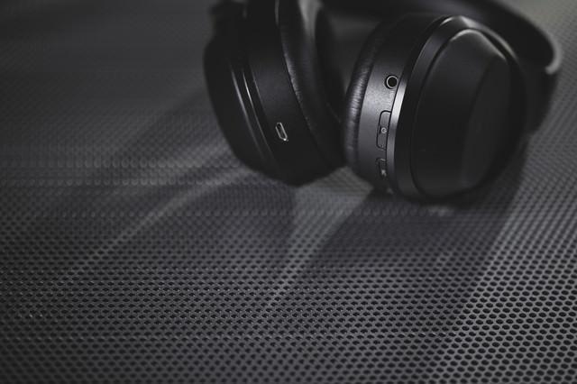 スタイリッシュなワイヤレスヘッドフォンの写真