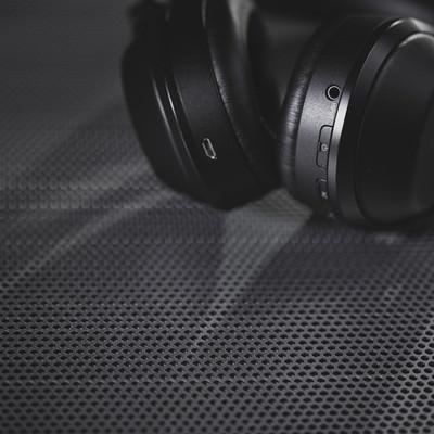 「スタイリッシュなワイヤレスヘッドフォン」の写真素材