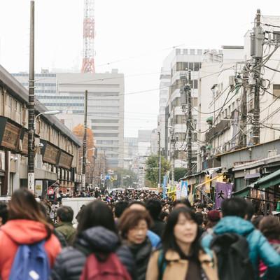 人で溢れる築地場外市場の写真