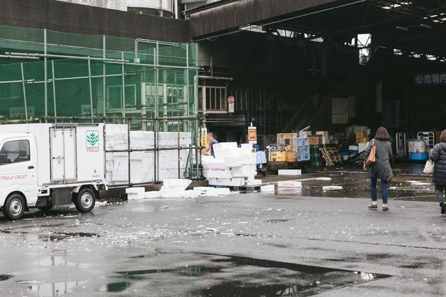 築地市場入り口(発泡スチロールの山)の写真