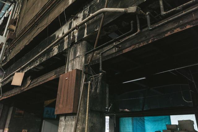 ひび割れた柱に電線(築地市場)の写真
